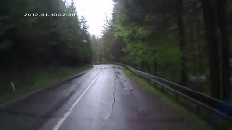 Hij reed rustig over deze bergweg, maar toen begonnen spontaan alle bomen om te vallen. WTF?!