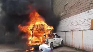 Video: Incendio de un carro generó emergencia en el centro de Bucaramanga