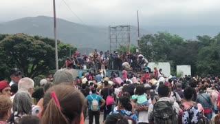 Venezolanos saltaron contenedores en frontera para pasar a Colombia