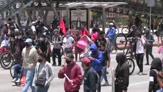 Jóvenes colombianos protestan con tambores contra matanzas y piden justicia