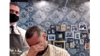 Barber shave off hair for his friend with cancer