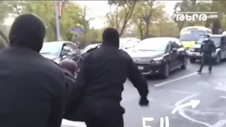 He sing when the police arrest him 😅😂