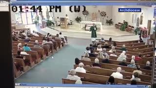 Τύπος «τα παίρνει στο κρανίο» με καθολικό ιερέα και τον αρχίζει στις μπουνιές μέσα στην εκκλησία