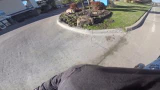 Wheelie en moto a toda velocidad termina en épica caída