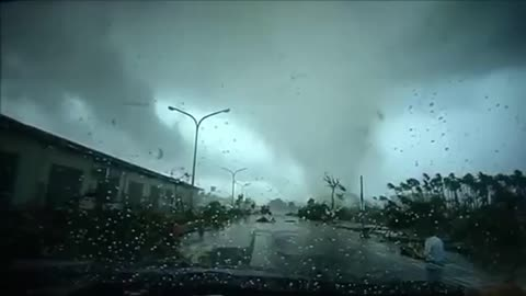 The tornado swept away the car in Taiwan, it was too horrible