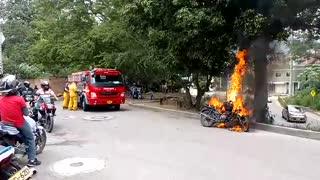 En Piedecuesta quemaron la moto de dos presuntos ladrones