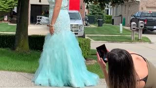 Dad Helps Make Prom Pictures Perfect