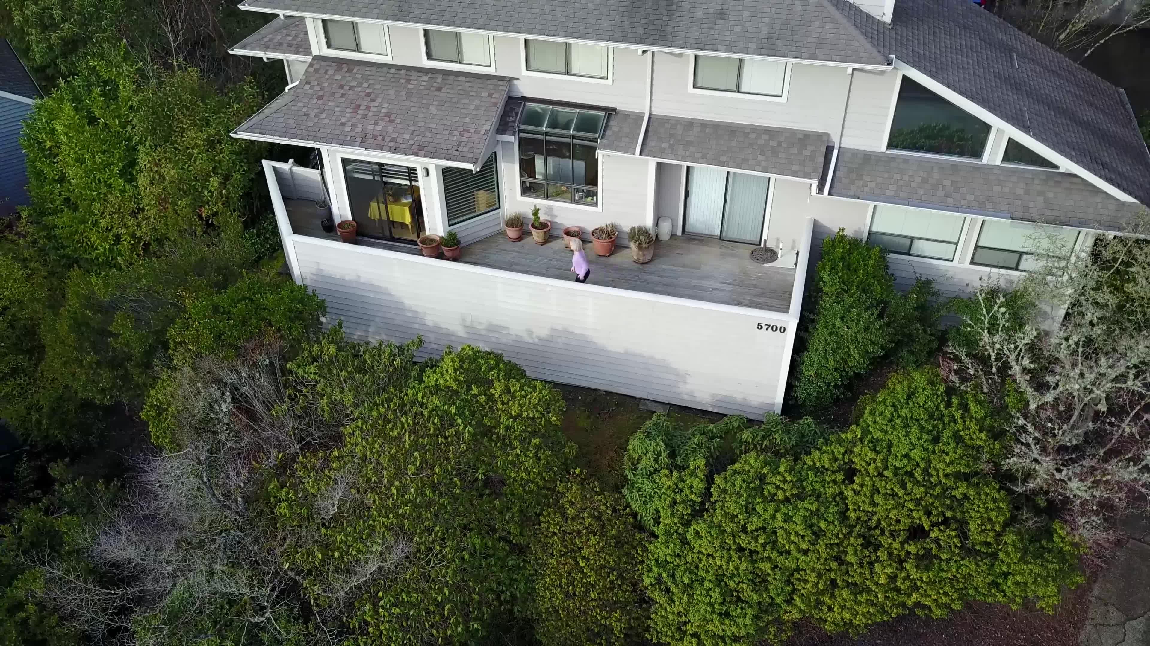 Naboen likte IKKE å bli filmet av drone