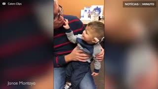 Criança se emociona ao ouvir pela primeira vez