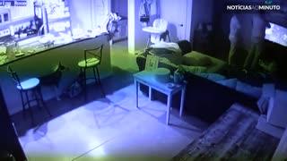Assustador fantasma registrado por câmera de residência