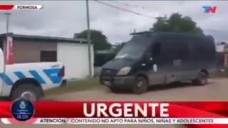 Dictadura sanitaria yendo con 15 carros para arrestar a un supuesto caso COVID