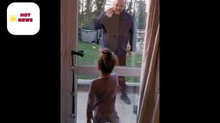 Durante pandemia, pai e filha dizem o quanto se amam através de porta
