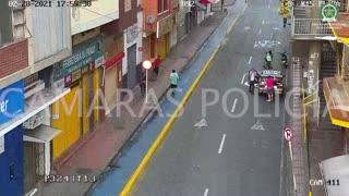 Video: Hasta las medias y los tenis le robaron a un hombre en el centro de Bucaramanga