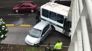 Accidente entre bus de la Policía y un carro causó congestión en autopista de Bucaramanga