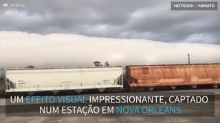 Nuvens sobrevoam de forma impressionante um trem