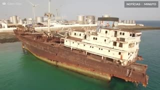 Atletas fazem slackline em navio abandonado