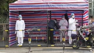 Autoridades chinas rebajan la cifra de muertos por el coronavirus