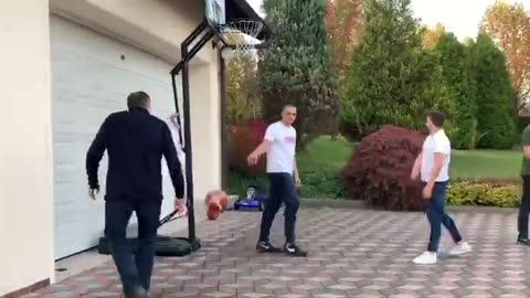 Milorad Dodik u košarkaškoj akciji