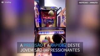 Criança arrasa em máquina de jogo de basquete
