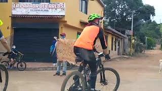 Piden a los ciclistas respetar el toque de queda en la vereda Acapulco, Girón