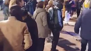 Españoles bailan a la mierda la nueva normalidad en plaza de Barcelona