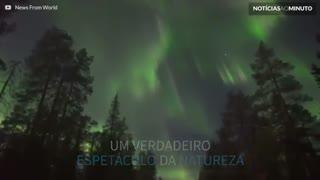Espetáculo natural: aurora boreal multicolor ilumina o céu na Finlândia