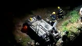 Accidente de vehículo que se fue a una cañada en Floridablanca, dejó varios heridos