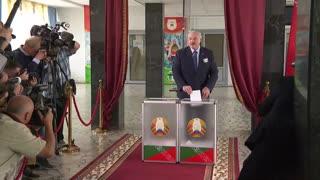Lukashenko reelegido en comicios empañados por arrestos y sospechas de fraude
