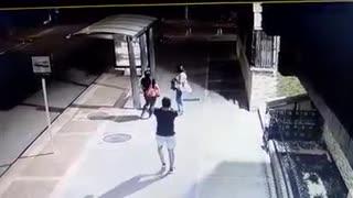 Video: Mujeres fueron víctimas de los ladrones en una parada de bus en Bucaramanga