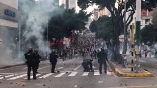 Esmad atacando manifestantes cra 27