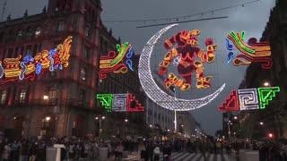 Ciudad de México ilumina el Zócalo por los 500 años de resistencia indígena