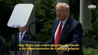 Trump firma un decreto para incentivar buenas prácticas de la Policía