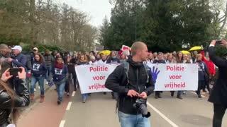 BRAVI!!!! Olanda, veterani Esercito e Polizia marciano insieme al popolo!