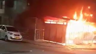 Video: Un hombre resultó con quemaduras al incendiarse un micromercado en Girón