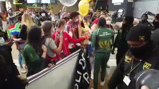 Tatjana Schoenmaker gets warm welcome at OR Tambo Airport