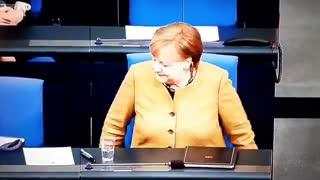 La Merkel arriva al Parlamento tedesco Senza mascherina