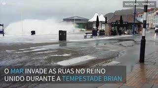 Mar invade ruas no Reino Unido durante tempestade Brian