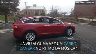 Carro com tecnologia de ponta dança ao som de música de Natal