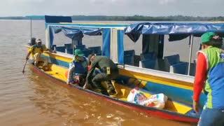 Video: Policía entregó una canoa a un adulto mayor en Santander