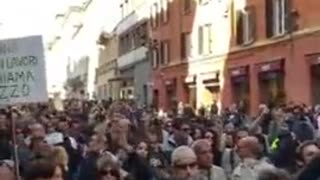 Thousands of Italian Liberty-Lovers Take it to the Streets Against Passports