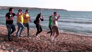 German tourists party unmasked on Mallorca beach