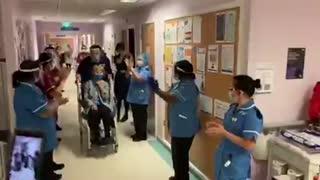 Una mujer de 90 años, primera en el mundo en recibir vacuna de Pfizer