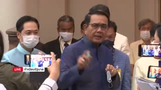 Primer ministro de Tailandia ataca a periodistas con desinfectante [Video]