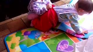 милые детки играют в догонялки