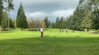 beautiful day for golfing 打高尔夫球的美好的一天 relaxing