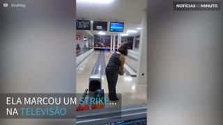 Mulher destrói televisão jogando boliche