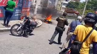 Quemaron la moto de dos presuntos ladrones en Bucaramanga