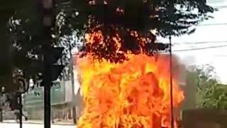Caminhão pega fogo e explode