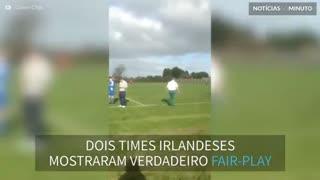 Times de futebol se unem para empurrar ambulância atolada