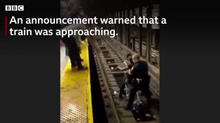 New york offieer reseues fallen man from subway train